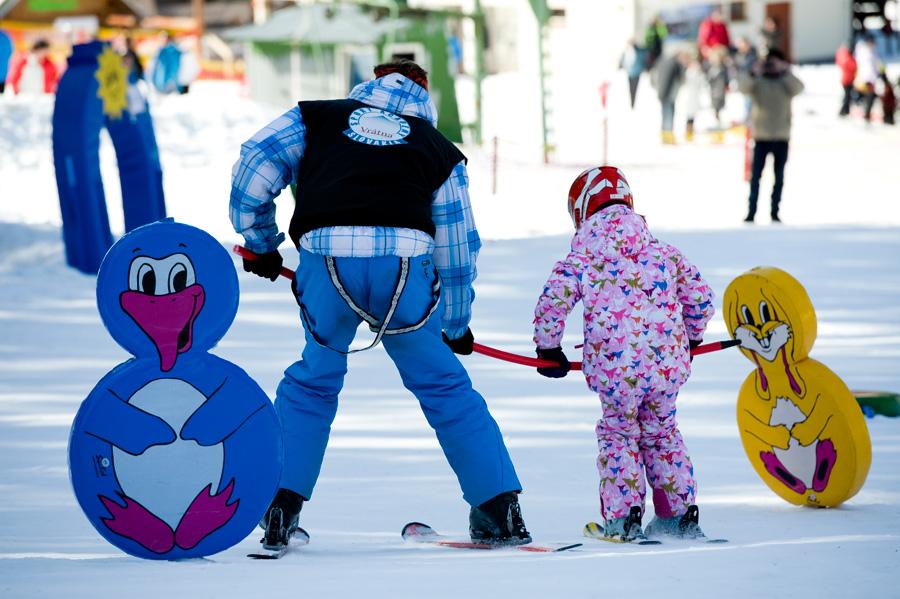 Začiatočníci alebo menej skúsení lyžiari si v lyžiarskej škole zdokonalia  svoju techniku a odstránia prípadné nedostatky. e1642af5ee0