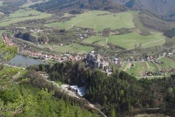 Pohľad na hrad Strečno a obec Strečno